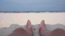 人物沙滩沐浴阳光视频