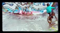 实拍人物自行车涂鸦墙面