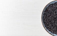 木质底纹养生黑米盘子摆拍