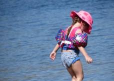 夏日海边女孩背影
