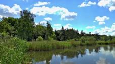 蓝天白云风景湖泊实拍场景