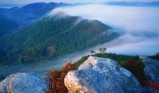 云海中的山峦