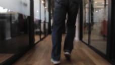 特写人物走路的视频