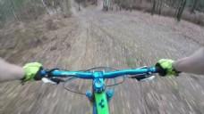 实拍挑战冒险山地自行车