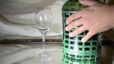 人物手拿盒子玻璃杯视频