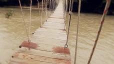 人物河上索桥行走