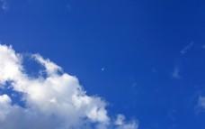 蓝天下飞翔的客机
