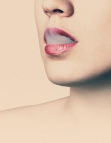 红唇 烟雾