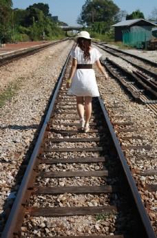 铁轨美女背影