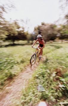 骑单车的女人