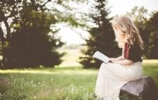 草地上看书的美女