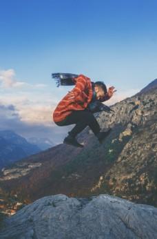 悬崖上跳起来的男子
