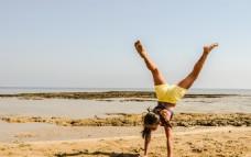 少女倒立瑜伽人体