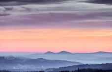 大气远方山顶背景
