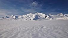 大气雪峰攀岩挑战背景