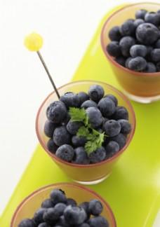 桌面上的三杯黑莓摄影