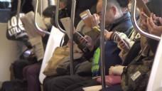 使用智能手机的通勤者