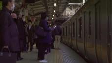 在站台上等候的乘客