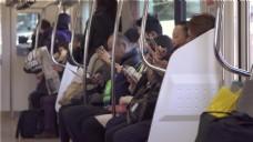 在火车上使用智能手机的通勤者