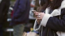 使用智能手机的年轻女性