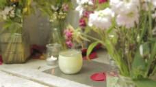 带有蜡烛和Flowers的纪念碑
