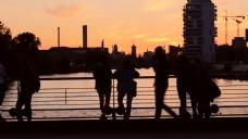 映衬在森塞特俯瞰河的游客