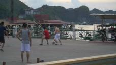 在街上踢足球的男人2