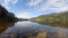 清澈的湖面上云彩快速飘过视频实拍素材