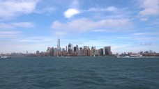 纽约市区的长镜头和过往船只