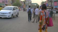 身着传统服装的印度妇女站在路边。