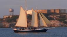 驶过恶魔岛的帆船
