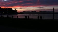 游客在三藩下夕阳剪影