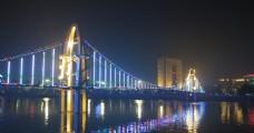 灯光璀璨的吊桥