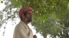 印度男子凝视远方